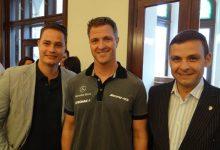 Die Grazer Gemeinderäte Georg Schröck und Gerald Grosz mit Ralf Schumacher im Rathaus